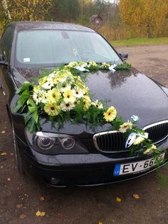 Love daisies. Yellow daisy wedding car decoration.