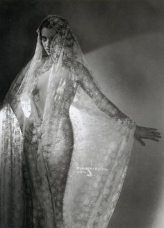 Atelier Manassé was a legendary Austrian photo studio that captured the golden age of cinema and cabaret in Vienna of the 1920's and 1930's.