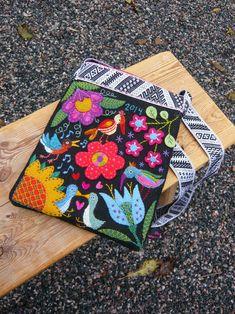 Dödergök Scandinavian Embroidery, Swedish Embroidery, Crewel Embroidery Kits, Flower Embroidery Designs, Textiles, Applique Quilts, Handmade Bags, Wool Felt, Needlework
