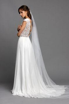 Wenn dir unsere Wisteria Pearl mit Tüllrock gefällt, aber du eher einen Rock möchtst der durch feine, schlichte Eleganz besticht, dann probiere auch unsere Kombination mit unserem Chiffonrock Blossom. Zusammen mit dem Schleier aus Pünktchentüll ist diese Kombination einfach nur zauberhaft. Wedding Dresses, Fashion, Simple Elegance, Veils, Dress Wedding, Simple, Bride Dresses, Moda, Bridal Gowns