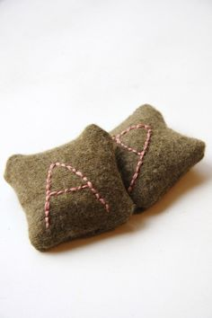 Hand Warmer with Monogram | DIY Simple And Quick Handmade Projects To Make This Winter - A Perfect Gift This Valentines Day by Pioneer Settler at http://pioneersettler.com/hand-warmers-diy/