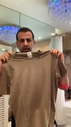 If you don't have a mask to cover your mouth and nose, don't worry, this Indian actor has you covered. Roy shared a video in which he gives a tutorial on how to use your T-shirt as a mask. Amazing Life Hacks, Simple Life Hacks, Useful Life Hacks, Everyday Hacks, Diy Crafts Hacks, Do It Yourself Crafts, Funny Short Videos, Survival Tools, Clothing Hacks