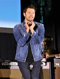 Misha does heart hands during his Saturday panel at SPNCHI.   He's so adorable!