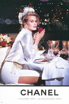 Nothing Cooler Than Vintage Chanel Claudia Schiffer in almost offensive all white like a faux diamond/rhinestone.Claudia Schiffer in almost offensive all white like a faux diamond/rhinestone. Claudia Schiffer, Look Retro, Style Retro, Chanel Fashion Show, High Fashion, Couture Fashion, Early 90s Fashion, Fashion Graphic, Fashion Spring