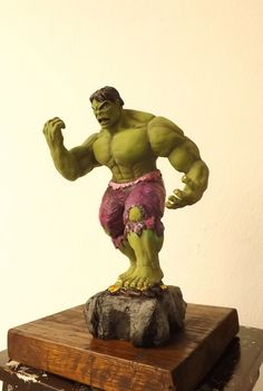 Hulk, modelado en masa, base de madera