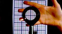 Científicos de la Universidad de Rochester, EE.UU., descubrieron una manera de ocultar objetos grandes de la vista usando lentes de bajo costo y de venta libre, logrando un efecto que parece provenir del famoso cuento de Harry Potter.