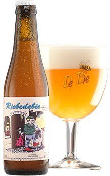 Riebedebie / Een blonde tot licht amberkleurige triple van 9% alc. Vol. Het bier heeft een zoete tot kruidige smaak.