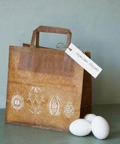 Un sac en kraft huilé, ajouré de motifs au cutter (ou peints au pochoir), pour emballer les chocolats de Pâques.