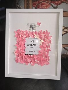 Low bed or bed on the floor: 60 projects to inspire - Home Fashion Trend Chanel Decoration, Chanel Inspired Room, Chanel Bedroom, Diy Room Decor, Bedroom Decor, Chanel Wall Art, Glamour Decor, Chanel Chanel, Gifts