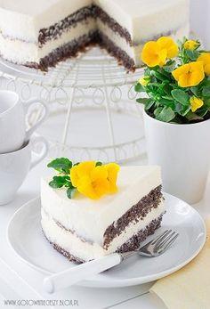 Tort makowy z kremem czekoladowym to jeden z moich ulubionych tortów jeszcze z czasów dzieciństwa. Robiła go moja babcia, robiła mama, a teraz robię go ja. To