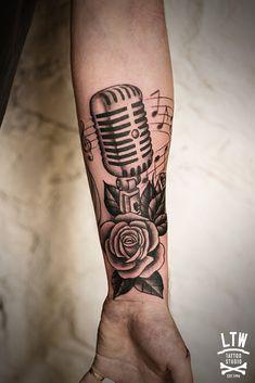 Micrófono y rosas por Alexis