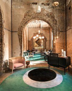 Нравятся цвета и современные мебель/свет в старинных обшарпанных стенах