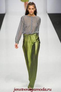 оливковый цвет в одежде, с чем носить оливковые брюки