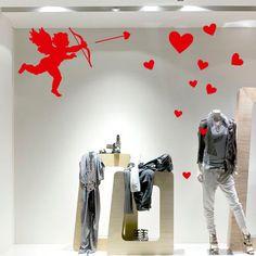 Vinilo para San Valentín formado por Cupido disparando corazones. Se trata de un vinilo formado por piezas, lo que hace que se adapte a cualquier superficie.