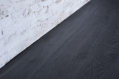 Interior design recupero parquet a tre strati con essenza in legno di rovere. le tavole di questa pavimentazione in legno hanno varie dimensioni, sono bisellate e le superfici sono state spazzolate per esaltare le venature SESTINI E CORTI