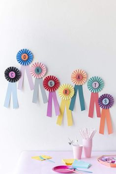 16 Pony-Filled Kentucky Derby Party Ideas via Brit + Co Party Fiesta, Festa Party, Diy Party Essentials, Diy Party Dekoration, Wedding Welcome Table, Paper Ribbon, Diy Paper, Paper Crafts, Ribbon Diy
