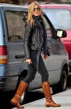Look de Jennifer Aniston: Chaqueta Motera de Cuero Negra, Vaqueros Pitillo Gris Oscuro, Botas de Caña Alta de Cuero Tabaco, Bufanda Gris Oscuro