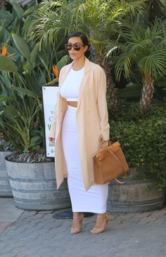 Kim Kardashian - White Two piece and tan trench coat - October 2014 Winter Fashion Outfits, Look Fashion, Womens Fashion, Classy Outfits, Stylish Outfits, Kim K Style, My Style, Kardashian Style, How To Look Classy