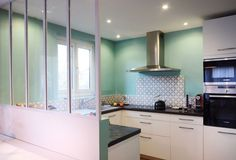 La cuisine après travaux (peinture bleu vert de chez Little Greene)