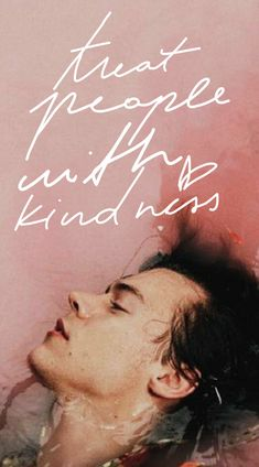 Treat people with kindness, in the handwriting of Harry Styles with a floral background of him in a bath with pink water and flowers Harry Styles Tattoos, Harry Styles Fotos, Harry Styles Mode, Harry Styles Funny, Harry Styles Baby, Harry Styles Pictures, Harry Styles Imagines, Harry Edward Styles, Harry Styles Lockscreen
