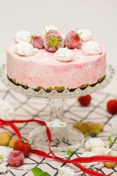 Erdbeer-Baiser-Eistorte mit Amarettini-Knusperboden | verzuckert-blog.de