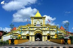 Cited as the largest mosque in Madura Island, one does not need to guess that the yellow facade of Sumenep's Great Mosque is one of Madura's most notable landmarks. Wings Icon, Wallpaper Photo Hd, Islamic Wallpaper, Hd Picture, Places To See, Travel Photos, Facade, Trail, Beautiful Places