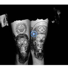 """Tradicionalmente, los tatuajes (tattoo) de calaveras mexicanas han simbolizado la muerte con una """"M"""" mayúscula, ¡pero no de una manera siniestra o negativa! Si hay un hecho innegable en este planeta, es que ningún ser humano escapa de la Parca, por rico o famoso que sea.! Mexican Skull Tattoos, Sugar Skull Tattoos, Sugar Skulls, Mexican Skulls, Sexy Tattoos, All Tattoos, Body Art Tattoos, Tatoos, Clever Tattoos"""
