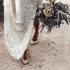 J'aime tout particulièrement ces petits détails qui font toute la différence ! Une tenue de mariée peu conventionnelle graàce à ces chaussures à paillettes Dolce Gabanna