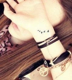 Tatouage envolee d oiseaux poignet femme discret
