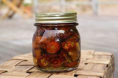 Uunissa kuivatut tomaatit öljyyn säilöttynä