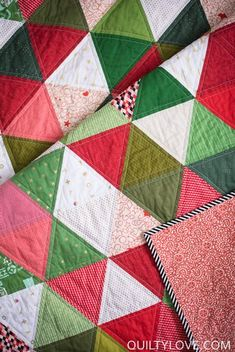 Scrappy Triangle Quilt – the Christmas one - quilt patterns Quilting For Beginners, Quilting Tutorials, Quilting Designs, Quilting Patterns, Quilting Ideas, Patchwork Quilting, Scrappy Quilts, Lap Quilts, Mini Quilts