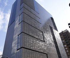 Keramische gevelbekleding van iriserend geglazuurde tegels. Jaar: 2007 Locatie: New York (VS) Architect: Allied Works Architecture Opdrachtgever: MoAD Aannemer: NBK Keramik Product: gevelplaten, wit iriserend - See more at: http://www.tichelaar.nl/projecten/museum-of-arts-design-new-york#sthash.P28gXZOP.dpuf