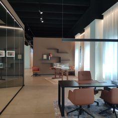 Pareti in vetro ufficio di design arredo ufficio Conference Room, Table, Furniture, Design, Home Decor, Decoration Home, Room Decor, Tables