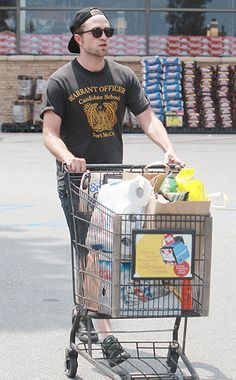 They go grocery shopping! #JustLikeUs #RobPattinson