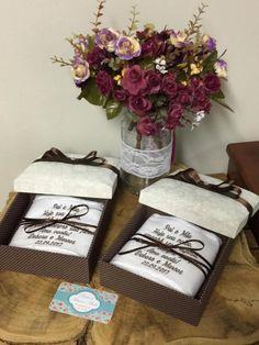 O kit é composto por  Caixa de MDF no tamanho 15x15 alt. 7cm revestida em  tecido Tricoline 100% algodão + toalha para lavabo bordada e acabamento em  guipir. 84353421703