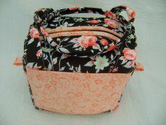 Lunch Bag ou Lancheira térmica feita tecido 100% algodão e forrada com tecido térmico. Fechamento com zíper.    Mede aproximadamente 17cm de largura, 12cm de altura e 14cm de profundidade. R$ 40,00