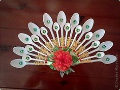 Crea un hermoso abanico decorativo, (perfecto para lucir en una puerta o pared) usando solo tenedores de plástico. Materiales: tenedores de ...