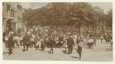 Kinderhuissingel, 25 mei 1910. Schoolwandeling van de hoogste klassen van de Haarlemse openbare lagere scholen naar Kraantje Lek. De wandeling werd georganiseerd de Haarlemse afdeling van de Bond voor Lichamelijke Opvoeding.                      Foto 1910                                    Fotograaf: Anoniem