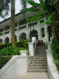 Sitting elegantly on the hill next to Imbiah Lookout, The Arches is a stately 2-storey colonial bungalow and former home of a British officer. This colonial architectural building is gorgeously preserved providing a romantic setting amidst the tropical atmosphere.  #Singapore