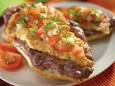 Receta de Molletes con Frijol y Queso | Los molletes con frijol y queso son el típico desayuno mexicano, esta es una receta muy fácil de hacer y a todos les encantará.