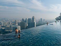 Sui tetti o sospese in aria: le piscine più curiose del mondo  | Marina Bay Sand, Singapore