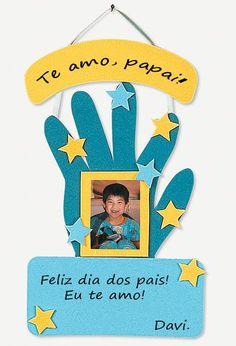 Sugestão de atividade para fazer uma lembrancinha para o dia dos pais usando EVA... Aqui as mãozinhas das crianças foram usadas como moldes...