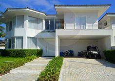 Localizada em uma das esquinas mais tranquilas do Condomínio Jardim Acapulco, de frente a uma bela praça, esta residência chama a atenção por suas linhas contemporâneas e pelo projeto de paisagismo que valorizou sua arquitetura com muito estilo e charme.