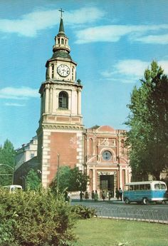 Santiago de Chile 🇨🇱 Iglesia San Francisco y Alameda 1962 Iglesia San Francisco, European City Breaks, Beautiful Places In The World, Old Photos, Notre Dame, Childhood, America, Memories, Country