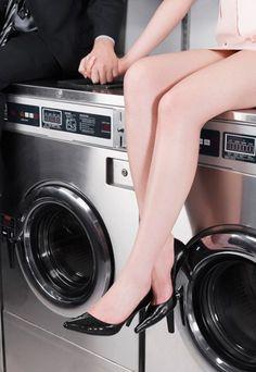 Auf der Waschmaschine - Augen auf beim Möbelkauf: Welche Möbel sind besonders Sex-tauglich?  Möbelstück: Die Waschmaschine  So funktioniert's: Sie sitzt an der vorderen Kante der Waschmaschine, er steht davor. Sie schlingt ihre Beine um ihn und schon kann's losgehen. Wer mag, legt den Schleudergang ein und genießt die zusätzlichen Bewegungen. Natürlich kann auch er auf der Maschine sitzen und sie setzt sich auf seinen Schoß.