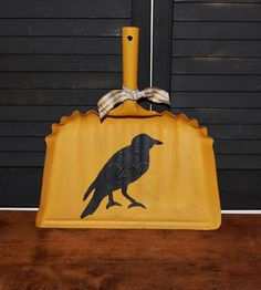Vintage Metal Dustpan with Black Crow Dust Pan Rustic Rusty Shabby Decor Decorating Crow Painting, Tole Painting, Primitive Kitchen Decor, Primitive Crafts, Autumn Decorating, Fall Decor, Diy Arts And Crafts, Fall Crafts, Halloween Art