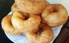 Recept voor Marokkaanse Sfenj met melk en ei. Doe de bloem in een grote kom samen met de zout, suiker en bakpoeder. Maak een kuiltje in het midden. Morrocan Food, Moroccan Kitchen, Arabic Food, Onion Rings, Beignets, Dessert Recipes, Desserts, Doughnut, Donuts