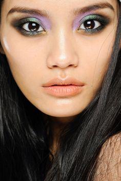 9. Ojos de libéula    La mezcla de colores elegida para maquillar los ojos de las modelos del desfil de Roberto Cavalli nos recuerda a los reflejos que desprenden las libéulas o los coleópteros cuando les da el sol.