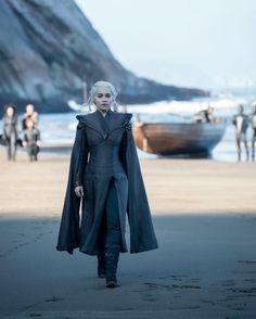 Emilia Clarke as Daenerys Targaryen arrives to Dragonstone. Photo: HBO / Helen S. Emilia Clarke as Costumes Game Of Thrones, Arte Game Of Thrones, Game Of Thrones Quotes, Game Of Thrones Fans, Daenerys Targaryen Season 7, Emilia Clarke Daenerys Targaryen, Game Of Throne Daenerys, Dany Targaryen, Game Of Thrones Khaleesi