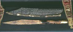 Charlemagne était passionné de chasse. Ce couteau de chasse a longtemps été éttribué à Charlemagne. Couteau de chasse en fer, manche en corne, provenance anglo-saxonne ou scandinave, VIII°s, fourreau probablement du X°-XI°s.